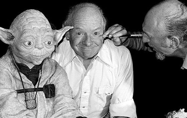 Freeborn (centre), with Yoda and Irvin Kershner (Credit: imigur)&lt;span class=&quot;domain&quot;&gt;&lt;/span&gt;