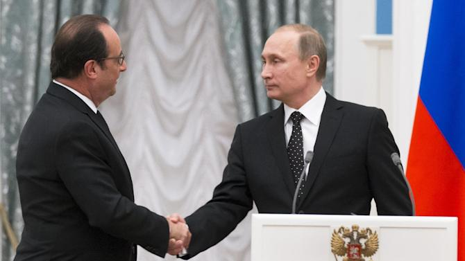 Russian President Vladimir Putin, right, and France's President Francois Hollande shake hands after their news conference following the talks in Moscow, Russia, Thursday, Nov. 26, 2015.Putin and visiting French President Francois Hollande agreed to share intelligence information and cooperate on selecting targets in the fight against the Islamic State group, raising hope for closer ties between Moscow and the U.S.-led coalition fighting the Islamic State group following the Paris attacks. (AP Photo/Alexander Zemlianichenko, pool)