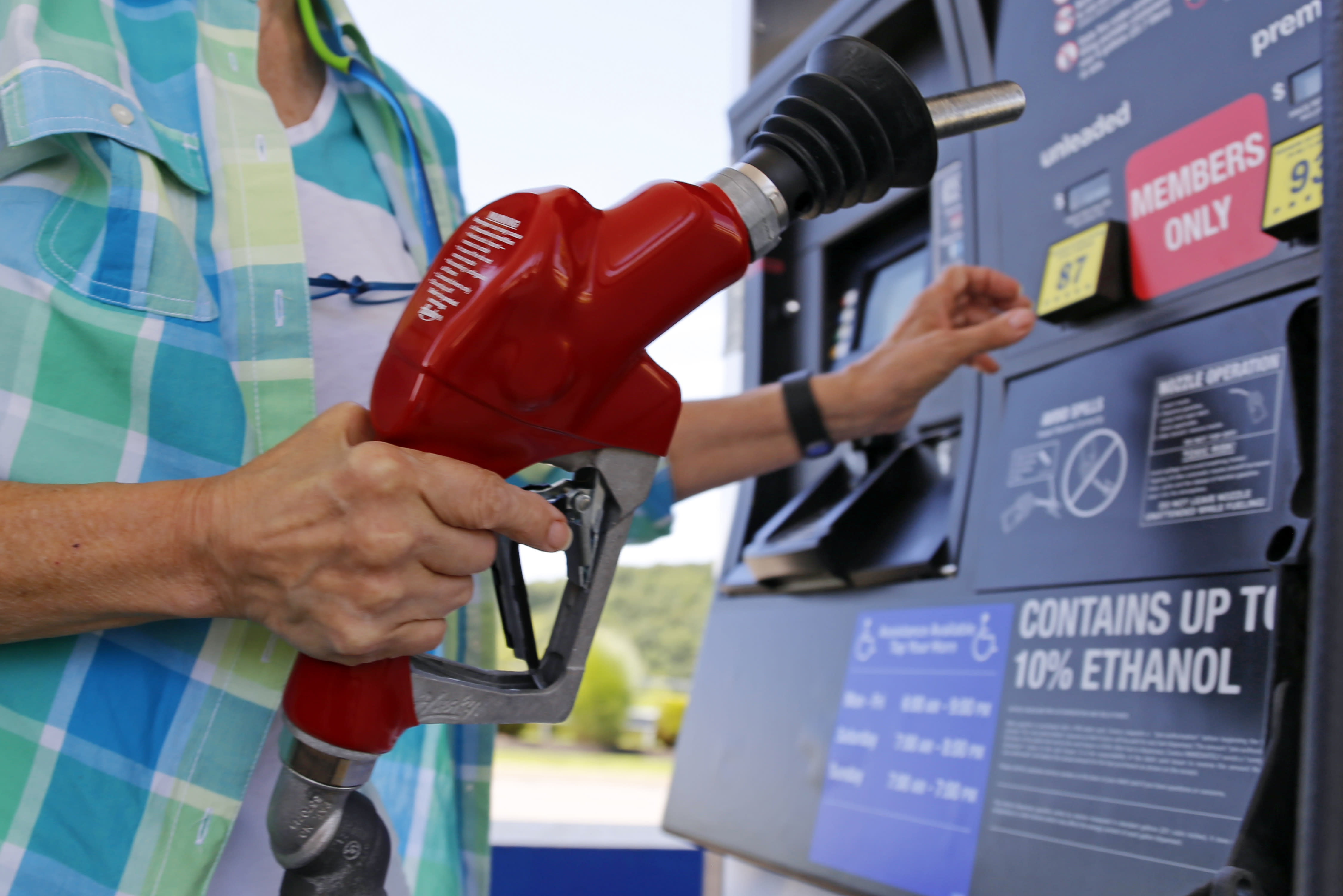 Energy agency says gasoline will average under $2 in 2016