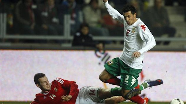 Akos Elek (L) of Hungary challenges Stanislav Manolev of Bulgaria (Reuters)