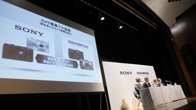 Sony Corp. President and Chief Executive Officer Kazuo Hirai, second left, and Olympus Corp. President Hiroyuki Sasa, second right, attend a joint press conference on their business deal in Tokyo Monday, Oct. 1, 2012. Japan Sony's new alliance with scandal-tarnished Olympus will produce endoscopes and other surgical tools packed with the Japanese electronics and entertainment maker's three-dimensional imagery and super-clear display technology called 4K. (AP Photo/Koji Sasahara)
