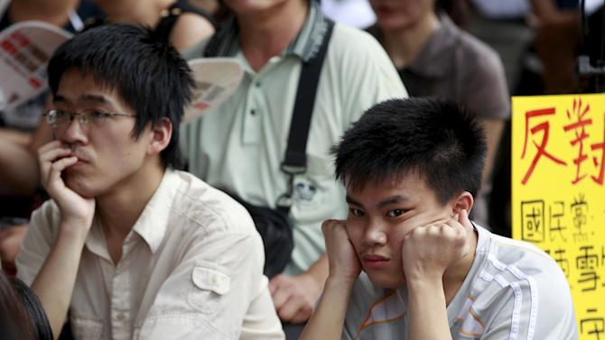 Protesters react while watching the live broadcast of the meeting between Taiwan's Education Minister Wu Se-hwa  and student representatives during a protest in front of the Ministry of Education in Taipei