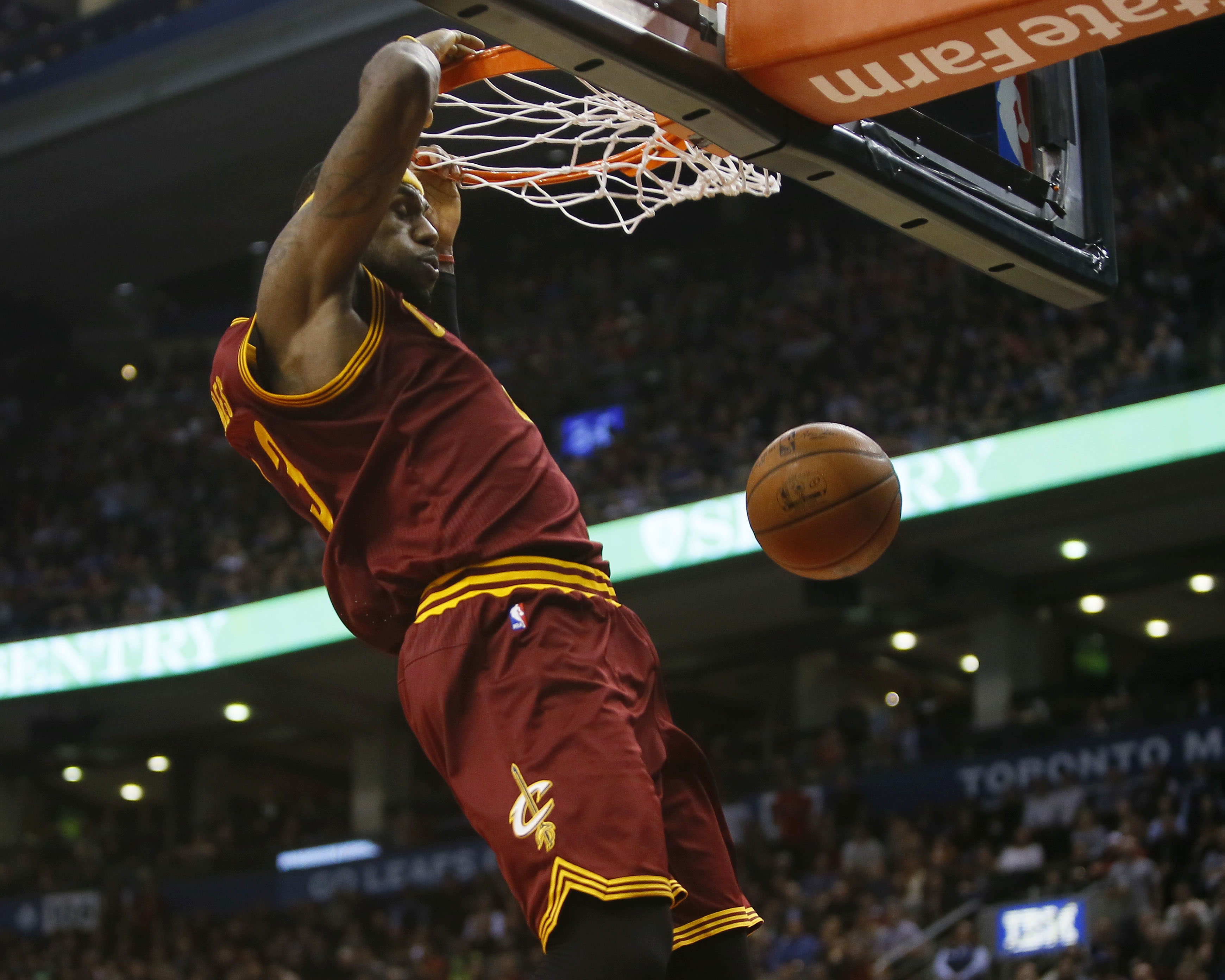 LeBron answers Valanciunas flagrant with huge 4th, pushes Cavs past Raptors