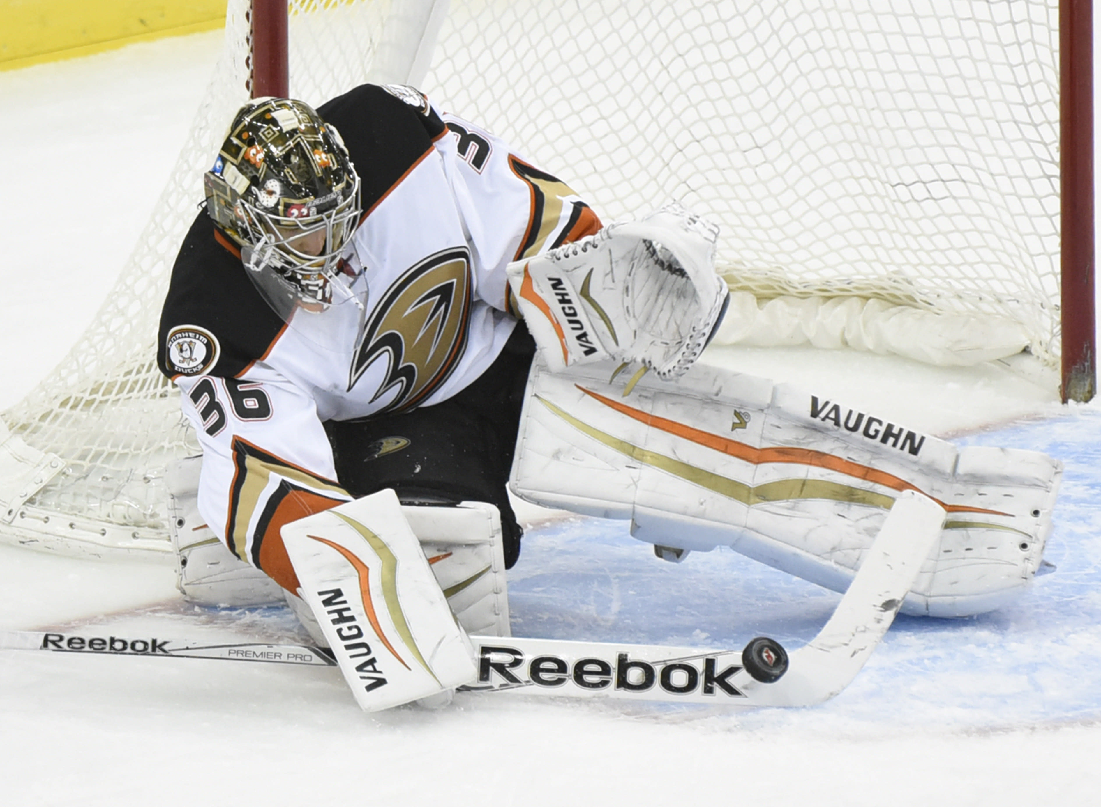Gibson makes 26 saves, Ducks beat Devils for 3rd in row