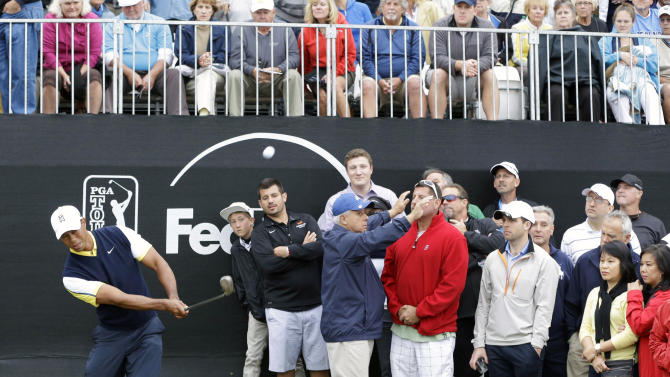Tiger Woods, left, chips a shot onto the 18th green during the second round of the Honda Classic golf tournament on Friday, March 1, 2013, in Palm Beach Gardens, Fla. (AP Photo/Wilfredo Lee)