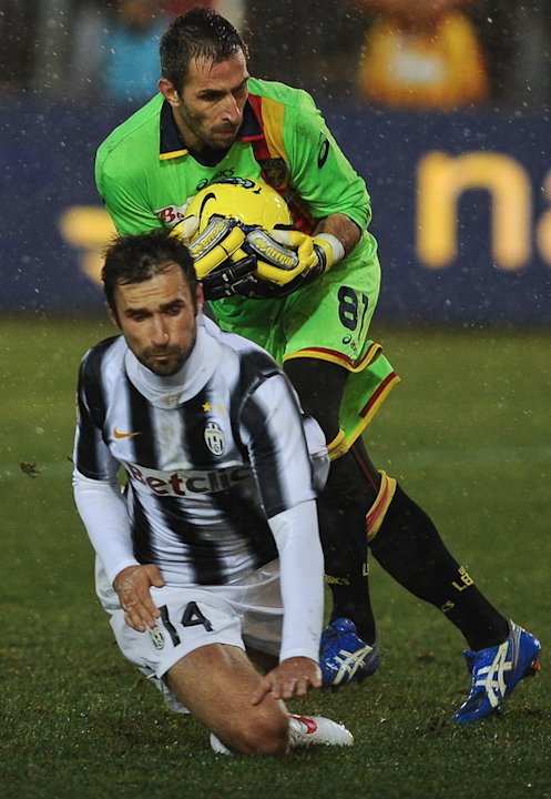 Lecce's Goalkeeper Massimiliano Benassi (C Up) Controls AFP/Getty Images