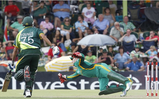 South Africa's wicketkeeper De Villiers attempts to run out Pakistan's Khan during their one-day international cricket match in Bloemfontein