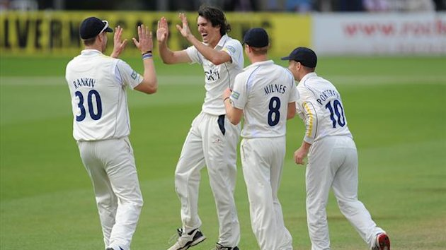 Warwickshire's Chris Wright (centre) celebrates