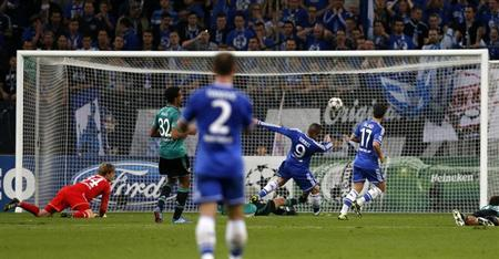 Chelsea's Fernando Torres (2nd R) scores a goal against Schalke 04 during their Champions League soccer match in Gelsenkirchen October 22, 2013. REUTERS/Wolfgang Rattay