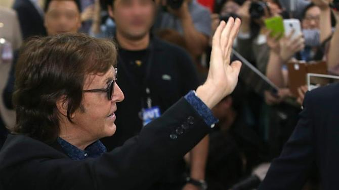 Y. Seoul (Korea, Republic Of), 01/05/2015.- Paul McCartney, a former Beatles member, waves to his fans upon arriving at Gimpo International Airport in Seoul, South Korea, 01 May 2015, for a concert. (Seúl) EFE/EPA/YONHAP SOUTH KOREA OUT