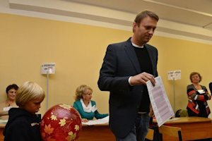 Alexei Navalny casts his ballot at a polling station…
