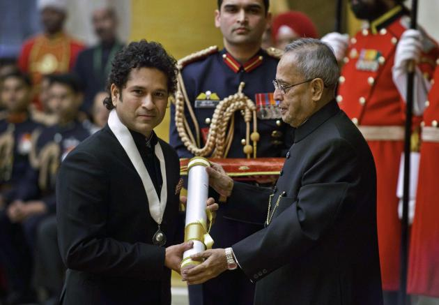 Retired cricketer Tendulkar receives the Bharat Ratna award from Indian President Mukherjee at India's presidential palace in New Delhi