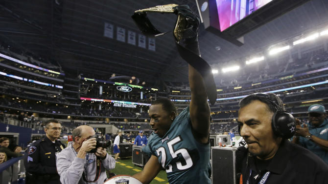 Philadelphia Eagles running back LeSean McCoy leaves the field after an NFL football game against the Dallas Cowboys, Sunday, Dec. 29, 2013, in Arlington, Texas. The Eagles won 24-22. (AP Photo/Tony Gutierrez)