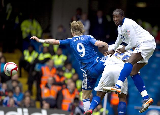 Chelsea's Spanish Forward Fernando Torres (L) Vies With Leicester's English Defender Wes Morgan (C) And Leicester's AFP/Getty Images