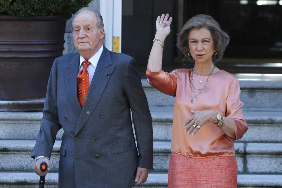 Spain's King Juan Carlos, left, and Spain's Queen Sofia, right , as they wait for Netherlands' King Willem-Alexander and his wife Queen Maxima, unseen, during the welcome ceremony, at the Zarzuela Palace, in Madrid, Wednesday, Sept. 18, 2013. (AP Photo/Andres Kudacki)