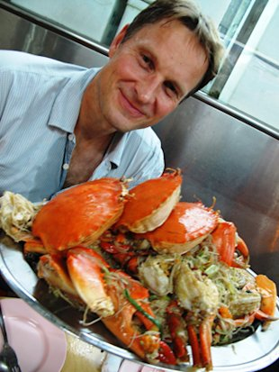 Claus Meyer with one of his favourite dishes, the crab beehoon at Sin Huat. (makansutra)