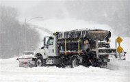 A snowplow clears a road during a blizzard in Kansas City, Kansas, February 21, 2013. REUTERS/Dave Kaup