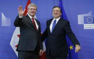 European Commission President Jose Manuel Barroso poses with Canadian Prime Minister Stephen Harper (L) ahead of a meeting at the EU Commission headquarters in Brussels October 18, 2013. REUTERS/Francois Lenoir