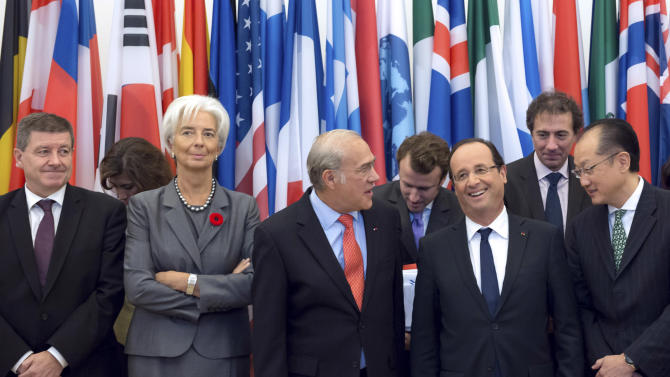 From left to right, Chairman of the International Labour Organization Guy Ryder, International Monetary Fund (IMF) Chief Christine Lagarde, OECD General Secretary Angel Gurria, France's President Francois Hollande and World Bank President Jim Yong Kim take part in a group picture following a meeting at the OECD headquarters in Paris, Monday Oct. 29, 2012. (AP Photo/Bertrand Langlois, Pool)