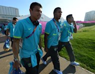 Brazil&#39;s Olympic football team players (from L-R) Thiago Silva, Juan Jesus and Alex Sandro are pictured after buying souvenirs at the Olympic Village in London on July 22, 2012 five days before the opening ceremony of the Olympic games. AFP PHOTO / KHALED DESOUKI