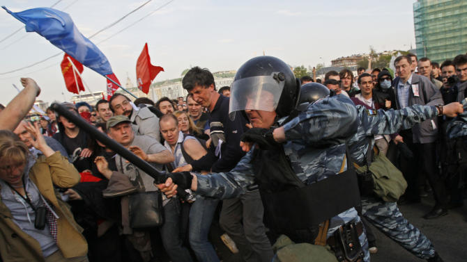 Russian riot police try to disperse opposition protesters in Moscow on Sunday, May 6, 2012.  Riot police in Moscow have begun arresting protesters who were trying to reach the Kremlin in a demonstration on the eve of Vladimir Putin's inauguration as president. (AP Photo/Ivan Sekretarev)