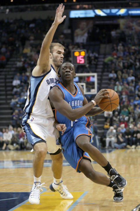 Memphis Grizzlies' Nick Calathes, left, defends against Oklahoma City Thunder's Reggie Jackson in the first half of an NBA basketball game in Memphis, Tenn., Wednesday, Dec. 11, 2013