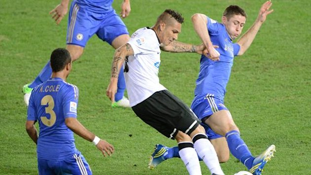 Brazil's Corinthians forward Paolo Guerrero (C) shoots between Chelsea defender Ashley Cole (L) and defender Gary Cahill (R) during the 2012 Club World Cup football final (AFP)
