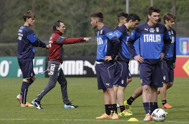 Italy's coach Cesare Prandelli, second from left, talks to the players during a training session in Rome,  Tuesday March 11, 2014. With three months to go before the World Cup in Brazil,  Prandell