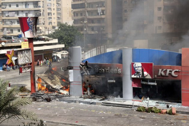 A Hardee's and a Kentucky Fried Chicken (KFC) fast food outlet burns after protesters set the building on fire in Tripoli, northern Lebanon September 14, 2012. Hundreds of protesters set alight a Kentucky Fried Chicken and a Hardee's restaurant in the northern Lebanese city of Tripoli on Friday, witnesses said, chanting against the pope's visit to Lebanon and shouting anti-U.S. slogans.      REUTERS/Omar Ibrahim (LEBANON - Tags: FOOD CIVIL UNREST)