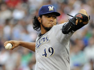 El mexicano Yovani Gallardo, abridor de los Cerveceros de Milwaukee, lanza frente a los Mellizos de Minnesota en el primer episodio del partido disputado el viernes 15 de junio de 2012 en Minneapolis. (Foto AP/Jim Mone)