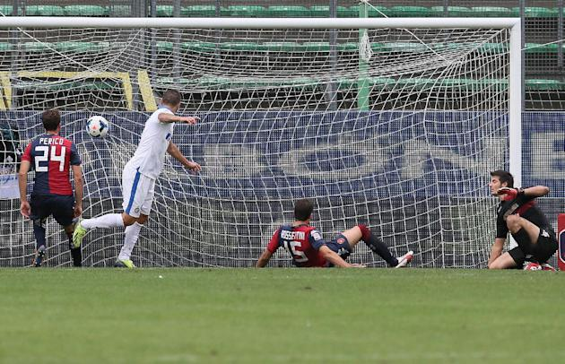 Inter Milan's Mauro Icardi, second left, scores on a header, during the Serie A soccer match between Cagliari and Inter, at the Nereo Rocco Stadium in Trieste, Italy, Sunday, Sept. 29, 2013