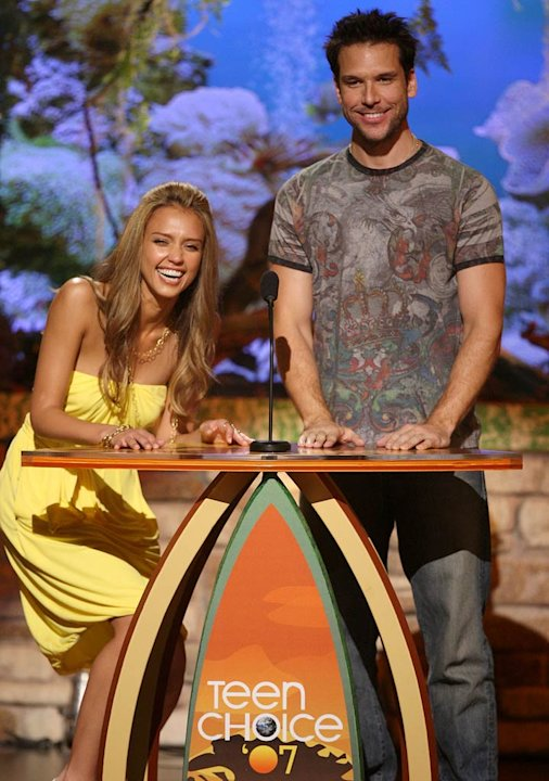 Presenters Jessica Alba and Dane Cook onstage at the 2007 Teen Choice Awards.
