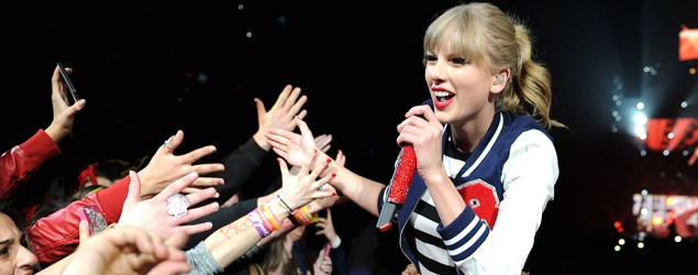 Taylor Swift rocks new bad-girl look onstage. (Kevin Mazur/TAS/WireImage)