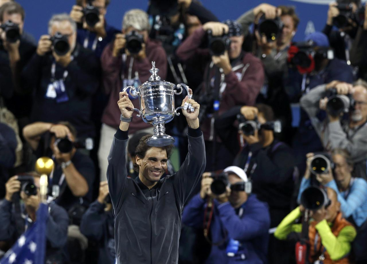 Rafael Nadal of Spain raises his trophy after defeating Novak Djokovic of Serbia in their men's final match at the U.S. Open tennis championships in New York, September 9, 2013. REUTERS/Adam Hunger (UNITED STATES - Tags: SPORT TENNIS)