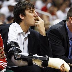 Five months after dislocating his right elbow and breaking his right index finger, Bucks center Andrew Bogut is back on the court scrimmaging