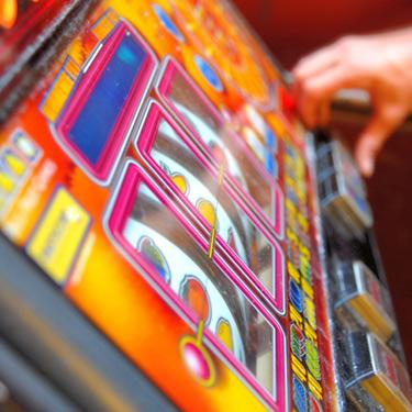 Mid-adult-playing-on-gambling-machine_web