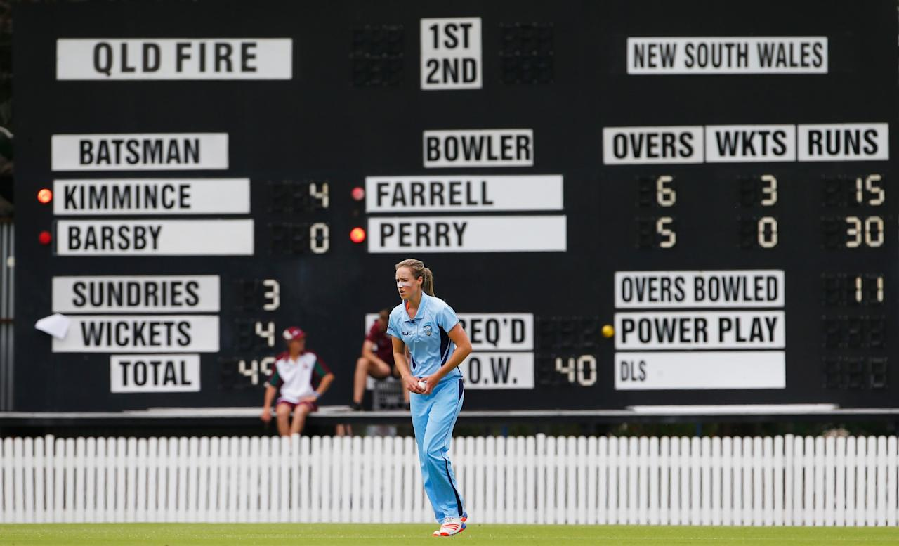 <p>Ellyse Perry runs in to bowl during the WNCL Final match betwee Queensland and New South Wales at Allan Border Field on December 3, 2016 in Brisbane, Australia </p>