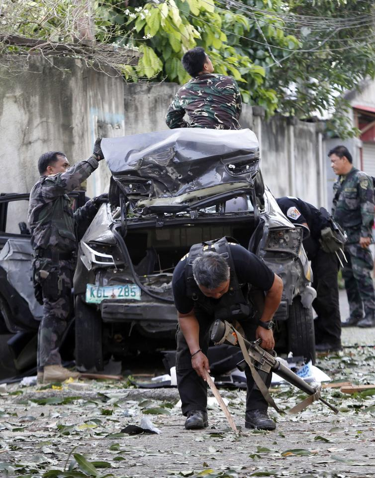 Police inspect the scene of a mortar attack by Muslim rebels of Moro National Liberation Front (MNLF) in downtown Zamboanga city in southern Philippines September 16, 2013. Philippine forces launched air strikes on Monday to root out rogue Muslim rebels from a southern city, stepping up efforts to end more than a week of clashes that have killed scores of people. The fighting has been a stark reminder that decades-old grievances fester in the Catholic-majority country despite strong economic growth and an agreement with the biggest Muslim rebel group that was meant to pave the way to peace. The army said at least 62 people have been killed, including 51 of the independence-seeking rebels and five civilians. REUTERS/Erik De Castro (PHILIPPINES - Tags: CIVIL UNREST CONFLICT POLITICS)