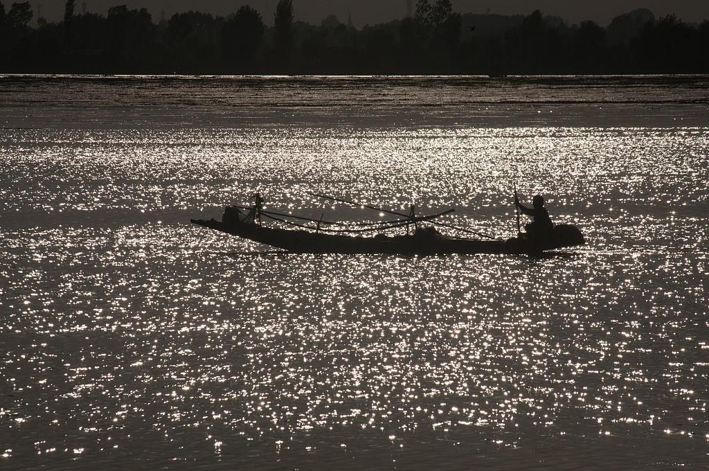 <p>A Kashmiri man rowing his boat at the Dal lake is silhouetted against the setting sun during curfew, following weeks of violence that has left over 67 people dead and thousands injured on August 21, 2016 in Srinagar, India. Photo – Getty </p>