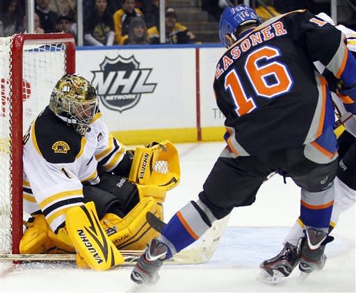 Bruins use big 3rd period to beat Islanders 6-3