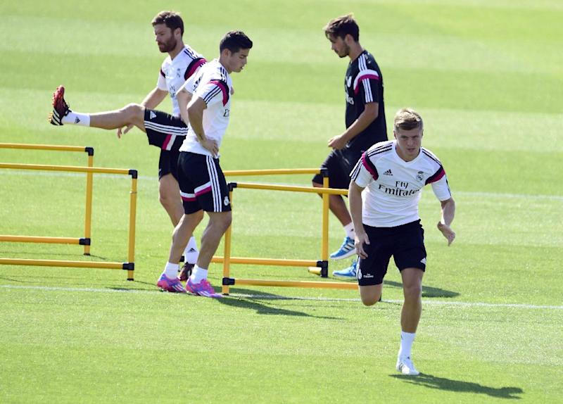 Real Madrid's new German midifielder Toni Kroos (R), Colombian forward James Rodriguez (C) and midfielder Xabi Alonso (L) take part in a training session at the Valdebebas training ground in Madrid on August 5, 2014