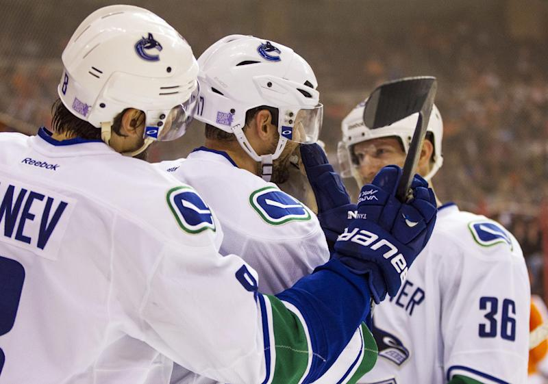 Kesler, Canucks rally in 3rd to beat Flyers 3-2