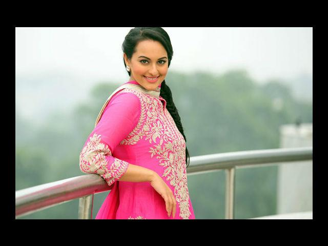 <b>8. Sonakshi Sinha</b><br> This girl has always been comfortable in her skin. She genuinely loves her curves and is proud of it. Sonakshi believes in fitness and not in looking thin, and we adore her for that.