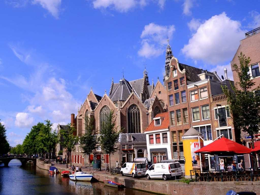 The world along the banks of the canals changes as you move from 17th century homes to beautiful mansions with gardens, cafes, restaurants, churches, historic monuments and boathouses.