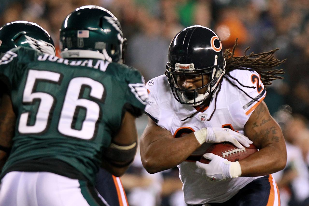 PHILADELPHIA, PA - NOVEMBER 07:  Marion Barber #24 of the Chicago Bears runs the ball against Akeem Jordan #56 of the Philadelphia Eagles to score a touchdown during the second quarter of the game at Lincoln Financial Field on November 7, 2011 in Philadelphia, Pennsylvania.  (Photo by Nick Laham/Getty Images)