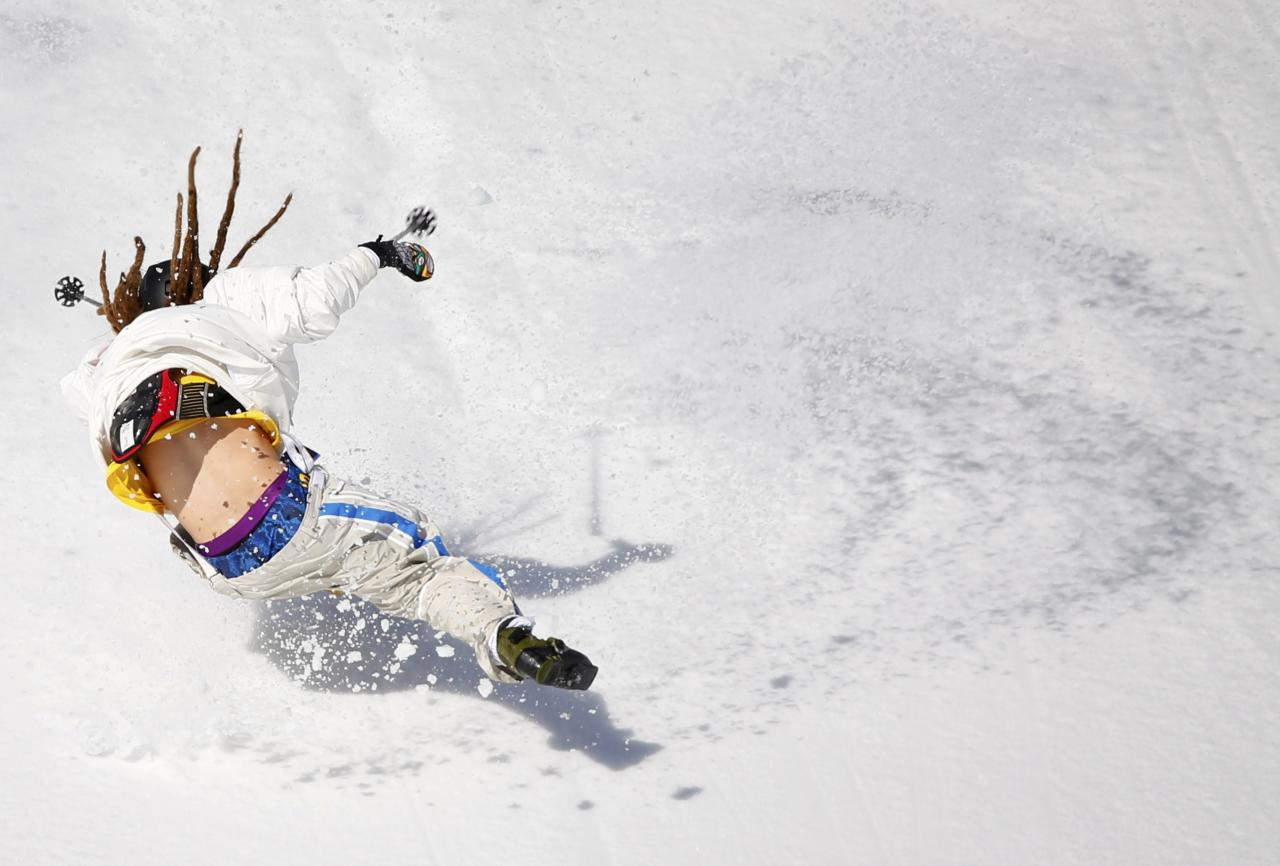 Sweden's Henrik Harlaut crashes during the men's freestyle skiing slopestyle qualification round at the 2014 Sochi Winter Olympic Games in Rosa Khutor February 13, 2014. REUTERS/Mike Blake (RUSSIA - Tags: SPORT SKIING OLYMPICS)