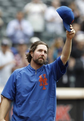 Dickey gets 20th win, leads Mets over Pirates 6-5