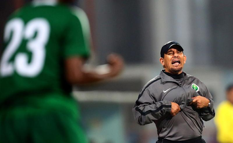 Saudi coach Khalid al-Koroni (right) gestures to his team's player Abdullah al-Dawsari during their 7th West Asia Football Federation (WAFF) championship match against Iran in Kuwait City on December 9, 2012