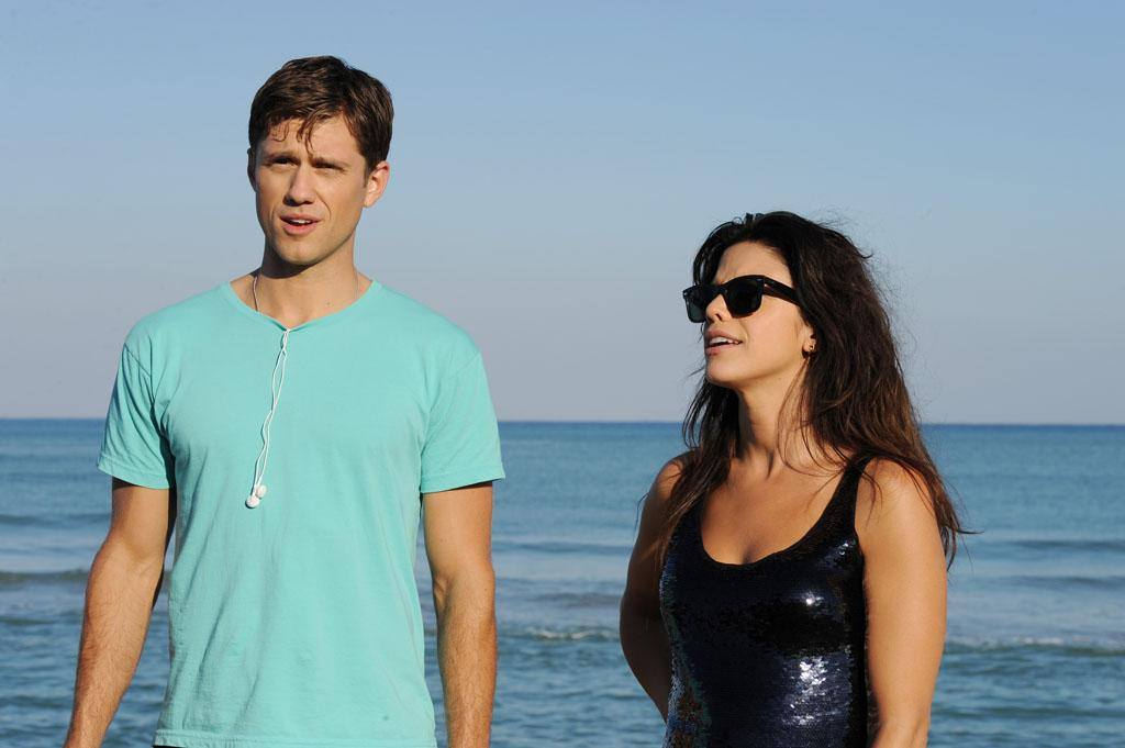 "Aaron Tveit as Mike Warren and Vanessa Ferlito as Charlie Lopez in the ""Graceland"" episode, ""Guadalaljara Dog."""