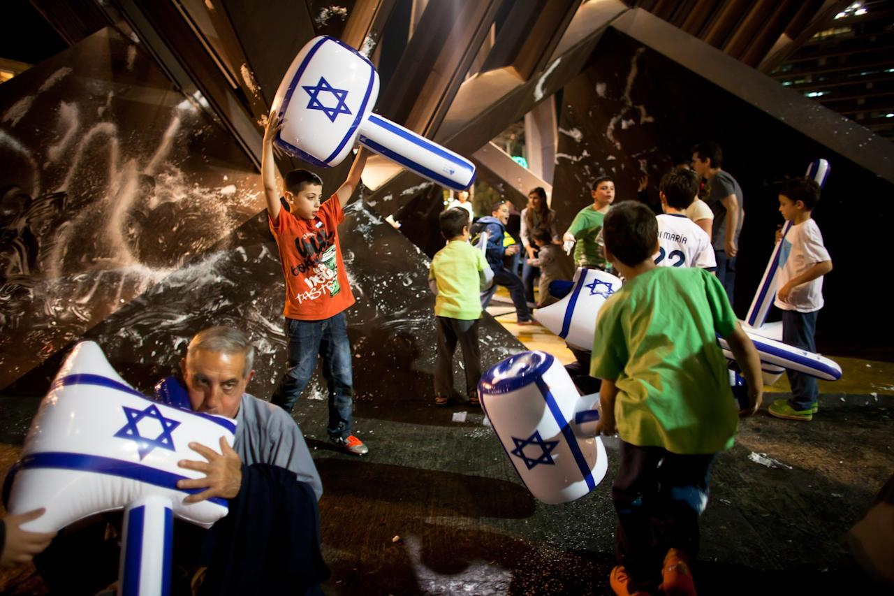 TEL AVIV, ISRAEL - APRIL 15:  (Israel out) Israeli children play as Israelis celebrate the Jewish state's 65th Independence Day on April 15, 2013 in Tel Aviv, Israel.  (Photo by Uriel Sinai/Getty Images)